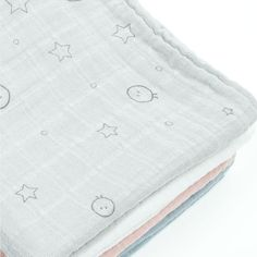 Details from our beautiful big 120x120 cm bamboo organic swaddle from baby MORI. Check them out jn our shop