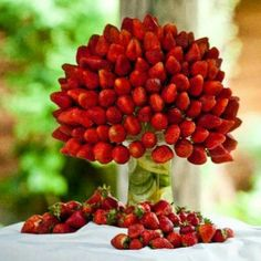 Chocolate Fountain Ideas For Weddings: Bringing Sexy Back Strawberry bouquet. Would look great sitting next to a chocolate fountain. Check out the DIY! Buffet Dessert, Deco Buffet, Fruit Buffet, Fruits Decoration, Food Decorations, Deco Fruit, Chocolate Fountains, Chocolate Fountain Wedding, Party Trays