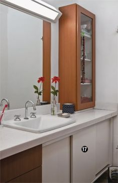 Sobrado de 70 m² é reformado com simplicidade e soluções despojadas | CASA CLAUDIA Decor, Bathroom Medicine Cabinet, House Design, House, House Inspo, Bathroom Mirror, Small House Design, Home Renovation, Bathroom