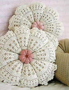 beautiful shabby chic pillows made with crochet doilies Crochet Home Decor, Crochet Crafts, Crochet Doilies, Crochet Projects, Crochet Cushions, Crochet Pillow, Love Crochet, Knit Crochet, Beautiful Crochet