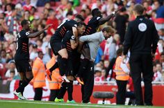 Liverpool Sadio Mane oslavuje bodovaní svoj štvrtý gól s manažérom Jürgen Klopp
