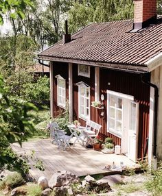 Une jolie maison scandinave fraîche et acidulée traditional scandinavian house garden - I could be very happy there (the house and the country) Swedish Cottage, Red Cottage, Cottage Homes, Cottage Style, Swedish House, Cottage Patio, Porch Makeover, Cabins And Cottages, Scandinavian Home