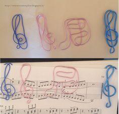 Tante piccole idee realizzate: Altri Segnalibri musicali in filo di alluminio wire blu e rosa.