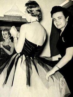 CHIKITA BAKANA: HISTÓRIA DA MODA NO BRASIL: DAS INFLUÊNCIAS AS AUTORREFERÊNCIAS Miss Israel e Madame Boriska, foto de 1950 do capítulo 4, Anos Dourados....
