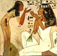 Los egipcios se lavaban los dientes masticando raíces de un árbol y mantenían el aliento fresco haciendo gárgaras con leche y masticando hierbas e incienso.