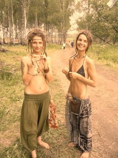 I love me some hippies. Time for a festival? I think these are the young hippies of today. makes me positive that the message is being carried on! Hippie Style, Mode Hippie, Hippie Love, Hippie Chick, Bohemian Mode, Hippie Bohemian, Boho Gypsy, Boho Chic, Hippie Girls