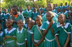 Alle kinderen gaan naar school. Dat is toch heel normaal? In Kenia hebben veel families niet genoeg geld om school te kunnen betalen. Of de bus ernaartoe. Veel kinderen moeten lopend naar school. Anderhalf uur heen en anderhalf uur terug. Doe dat maar eens na!
