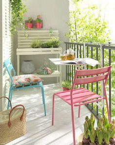 Dit is een kleurrijk balkon! Er zijn op dit balkon ook leuke accessoires gebruikt. De stoelen zijn ook erg schattig. Hier kan je heerlijk genieten van de zon! Leuke inspiratie voor je balkon.