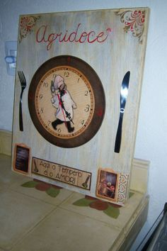 Relógio sobre painel, executado pra restaurante.