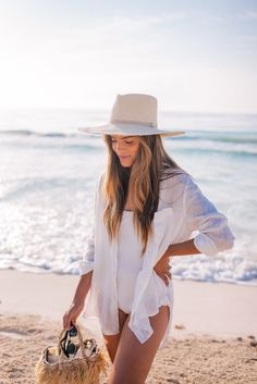 Healthy Skincare For The Beach - Gal Meets Glam Gal Meets Glam, Outfit Strand, Dark Portrait, Trendy Swimwear, Healthy Skin Care, Pink Summer, Summer Vibes, Summer Beach, Beachwear For Women