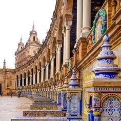 La majestuosidad de la Plaza de España (Sevilla). No hay persona que no se haya emocionado al contemplar este verdadero tesoro. Aprende a hablar español de manera auténtica y divertida con @EspanolReal !  #EspañolReal #sevilla #españa #plazadeespaña #spain