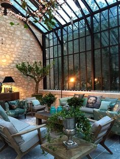 Under the glass roofs of this extension, a living room and indoor plants . - Under the glass roofs of this extension, a living room and indoor plants have found refuge - Victorian Home Decor, Victorian Homes, Exterior Design, Home Interior Design, Glass Roof, Glass House, My Dream Home, Indoor Plants, Future House