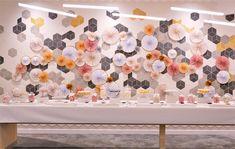 Candy Bar / bar à bonbons / Candy buffet pour L'Oréal par Studio Candy - décoration, scénographie de rosaces en papier, avec des couleurs rose cuivré, gold, blanc. Pâtisseries personnalisées comme des sablés décorés maquillage, BB Garnier, sérum Vichy, crème It Cosmetics, shampoing Kérastase, cake pops au chocolat, cupcakes. It Cosmetics, Bar A Bonbon, Decoration, Cake Pops, Buffet, Cupcakes, Candy, Shower, Studio
