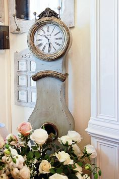 love the clock and the flowers Antique Clocks, Rustic Clocks, Shabby Chic Clock, Home Clock, Swedish Decor, Swedish Interiors, Swedish House, Romantic Homes, French Country Style