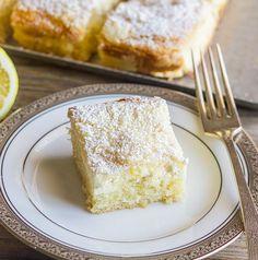 Asemenea prăjiturii inteligente, în timpul coacerii, blatul acestei prăjituri se separă în două straturi: cel de la bază se face ca o budincă, iar cel de deasupra rămâne pufos.