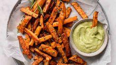 Batáty neboli sladké brambory jsou skvělou alternativou, pokud chcete připravit hranolky trochu jinak. Carrots, Vegetables, Food, Essen, Carrot, Vegetable Recipes, Meals, Yemek, Veggies