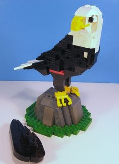 Bald Eagle :: Sculptures, Vigs, and Figures. I managed to get back into my Lego collection over the Christmas break and this is what came of it. Eagle Craft, Be Right Back, Lego Creations, Bald Eagle, Sculptures, School, Crafts, Manualidades, Handmade Crafts
