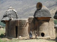 Takienta tower-houses Koutammakou, the land of the Batammariba All About Africa, Out Of Africa, Eco Architecture, Vernacular Architecture, Africa Continent, Earth Bag Homes, African House, Les Continents, Tower House