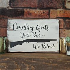 Handmade wooden sign, painted with Country Girls Dont Run… We Reload. Also has a gun. The wood has been stained, then whitewashed and the saying as well as the accents have been painted in black . It measures Each sign has a matte finish coating Wood Signs Sayings, Diy Wood Signs, Pallet Signs, Rustic Signs, Sign Quotes, Country Wood Signs, Farmhouse Signs, Country Wood Crafts, Country Shelves