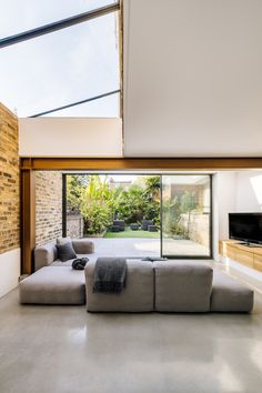 Victoria Park House is a minimalist extension located in London, United Kingdom, designed by Material Works Architecture Modern Victorian Decor, Victorian Homes, Modern Architecture House, Interior Architecture, Light Architecture, Plan Studio, Design Apartment, Park Homes, Home Interior Design