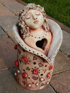 Anděl se srdíčky Anděl z keramické hlíny glazovaný s engobou. Pouze na objednávku.