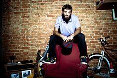 Teco Martins, vocalista da banda Rancore, com uma das pólos da Addidas Originals (Foto: Divulgação)