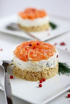 Cheesecake al Salmone Per 3 cheesecakes: 80 g salmone affumicato 60 g biscotti salati TUC 50 g burro 100 g ricotta fresca 100 g philadelphia 1 cucchiaio vodka 1 bouquet aneto/finocchietto bacche ginepro sale pepe Finger Food Appetizers, Best Appetizers, Appetizer Recipes, Wine Recipes, Cooking Recipes, Good Food, Yummy Food, Profiteroles, Mini Cheesecakes