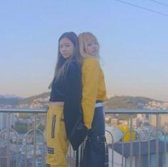 Lisa and Jennie Kim Jennie, Yg Entertainment, K Pop, South Korean Girls, Korean Girl Groups, Ootd Poses, Blackpink Memes, Blackpink Photos, Kim Jisoo