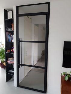 Stalen opdekdeur met zwarte scharnieren gemonteerd in een zwart geschilderd kozijn bij een van onze klanten in Rotterdam. Dit is dé ideale oplossing om een mooie stalen deur in huis te plaatsen, zonder te hoeven slopen. Ook op zoek naar een stalen opdekdeur? Klik op de foto voor meer informatie.