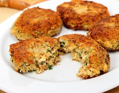 Vegan crab cakes made with tofu instead of crab meat! - Vegan crab cakes made with tofu photo by Dirkr / Getty Images Canned Salmon Recipes, Tofu Recipes, Whole Food Recipes, Vegetarian Recipes, Cooking Recipes, Seafood Recipes, Vegetarian Options, Vegan Crab, Recipes