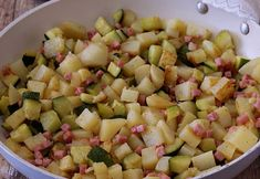 Pan-fried potatoes and zucchini with ham WW, recipe for a good dish of pan-fried vegetables, easy and quick to make for a light meal. Pan Fried Potatoes, Sauteed Potatoes, Sauteed Zucchini, Best Dishes, Food Dishes, Weigth Watchers, A Food, Food And Drink, Fried Vegetables