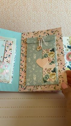 Mini Album Scrapbook, Diy Mini Album, Mini Album Tutorial, Scrapbook Journal, Scrapbook Cover, Vintage Scrapbook, Ideas For Scrapbook, Handmade Scrapbook, Baby Scrapbook