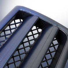 Dieses Beispiel eines Mercedes Kühlergrills zeigt, dass man mit Wassertransferdruckfilmen in Kombination mit lackiertem Untergrund geniale Effekte erzeugen kann. Hier wurde durch zwei verschiedene Farben ein Verlaufseffekt erzeugt. Der Film ist Wassertranferdruck Film YH-201 | WHITE BLACK CARBON FIBER.
