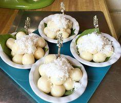 Glutinous Rice Flour Ball Palm Sugar Filling - Traditional Cambodian Dessert! - Nom Plae Ai Cambodian Desserts, Cambodian Food, Delicious Desserts, Dessert Recipes, Glutinous Rice Flour, Palm Sugar, I Chef, Asian Desserts, Nom Nom