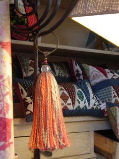 Decoracion Con Borlas Tailor Scissors, Diy Craft Projects, Crafts, Crochet Flowers, Fiber Art, Paper Flowers, Hand Sewing, Tassels, Textiles