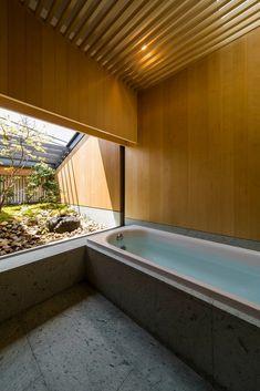 house in nara Japanese Style Bathroom, Japanese Home Design, Contemporary Garden Design, Japanese House, Bedroom Minimalist, Minimalist Interior, Window In Shower, Ideal Bathrooms, Loft Room