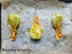 I fiori di zucca al forno sono una variante veloce, semplice e leggera ai classici fiori di zucca ripieni. In questa ricetta non dovrete preparare la pastella o friggere i fiori in olio bollente ma semplicemente passarli al forno