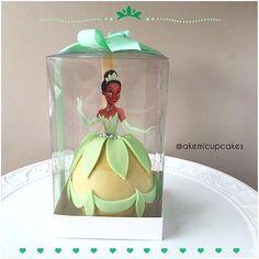 As maçãs decoradas da Akemi Cupcakes podem ser o convite da sua festa ou a lembrança da comemoração 💛Escolha a princesa e surpreenda seus convidados 🎀 Na foto, a princesa Tiana 🎀Para informações, orçamentos e encomendas envie um email para akemi.cupcakes@gmail.com 🎀