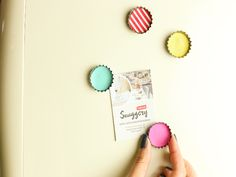 These fun DIY magnets are so cool and super creative Diy Presents, Diy Gifts, Diy Craft Projects, Handmade Crafts, Diy And Crafts, Diy Bottle, Bottle Top, Diy Magnets, Vintage Crafts