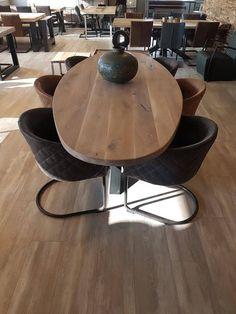 Stoere en stevige eettafel van steigerbuizen. Ook te gebruiken als bureau!