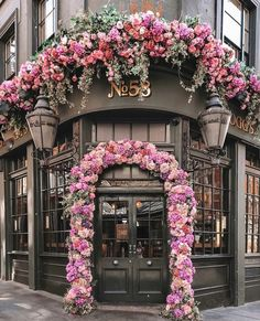 Foggs Tavern- London Practical travel advice and tips Take few items with you If you're really a traveler, your goal should be limited to han Pretty In Pink, Beautiful Flowers, Beautiful Places, Wonderful Places, Coffee Shop Design, Cafe Design, Deco Floral, Shop Fronts, Flower Power