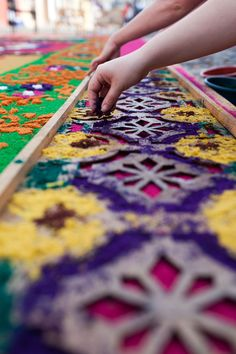 Creating an alfombra sawdust carpet for Semana Santa in Antigua, Guatemala. hay que reconocer a Corpus Christi, Guatemalan Art, Day Of The Dead Party, Ephemeral Art, Flower Rangoli, Ikebana, Shopping Hacks, Travel Around The World, Flower Decorations
