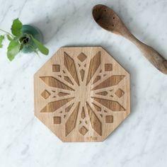 Gryteunderlag/bordskåner laget av eik // Trivet made out of oak