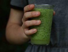 Zielone zdrowie koktajl który nada się i na kolację i na śniadanie Smoothies, Beer, Tableware, Smoothie, Root Beer, Ale, Dinnerware, Tablewares, Dishes