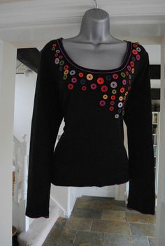 Refashion inspiration: Button-embellished top (Top Tejidos) as found on PopSugar, posted to ardgland. Diy Clothing, Sewing Clothes, Mode Abaya, Diy Vetement, Diy Buttons, Embellished Top, Button Crafts, Dressmaking, Black Cotton
