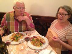 Daniele e Claude i nostri clienti francesi alle prese con le Linguine all'Astice e un buon Montepulciano d'Abruzzo