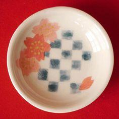 【kozou_02456】さんのInstagramをピンしています。 《2月から開催のイベント「Girls Collection 2017 SPRING @+flower(東京都目黒区祐天寺)」略してガルコレ☆ . 名前はガルコレですが… 女子っぽいものだけではないですよ〜😉 こんな豆皿もあります。 桜と市松模様🌸 . 直径約6.5cm、厚さ約1.5cmほどの、ちょっと和テイストな豆皿です。 お醤油皿に、箸休めのお漬物入れに、アクセサリートレイに💍 色々使って見てください😊 裏面は次のpostで😋 . イベントの詳細はホームページに随時更新して参ります。プロフィール画面のURLからご確認ください。 . #陶芸 #pottery #handmade #ハンドメイド #コゾウのコウシン #ガルコレ #祐天寺 #中目黒 #豆皿 #桜》