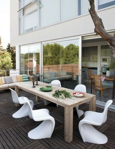 Outdoor area - interesting chairs...