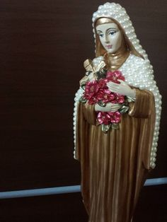 Santa Terezinha com pérolas - 30 cm