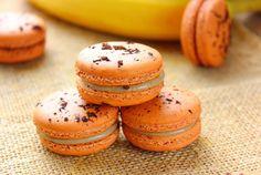 Macaron au caramel à la banane Macarons, Macaron Caramel, Macaron Pistache, Patisserie Fine, Macaron Recipe, Buffet, Food And Drink, Bread, Cooking